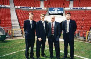 Kuvan herrasmiehet ovat vas. Yngve Sjöblom, Mikko Vuorela, Sir Bobby Charlton ja Lasse koistinen. Kuva on vuodelta 1997 u18-karsintaottelusta Englanti-Portugali. Ottelu pelattiin Buryssa ja mukana olivat mm. Michael Owen ja Nuno Gomes